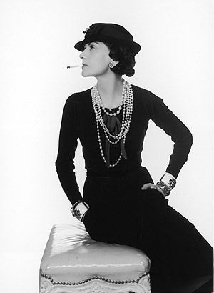 Coco Chanel mit Little Black Dress